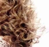 ترطيب الشعر المجعد