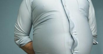 10 طرق للتخلص من الكرش نهائيا    الكرش من المشاكل التى يواجهها الكثير وتؤثر بالسلب على أمور كثيرة فى الحياة وهو  بروز في البطن نتيجة لتراكم كميات زائدة من الدهون مع زيادة وتضخم في حجم الخلايا الدهنية في هذه المنطقة وغالبا ما يكون الكرش مصحوبا بزيادة في الوزن بشكل عام .  ويمكن التغلب على هذا الكرش عن طريق الحمية الغذائية والرياضة مع الصبر والمثابرة فرحلة الألف ميل تبدأ بخطوة واحده وهو بسبب  العادات الغذائية السيئة والأكل الزائد على الحاجة في أوقات غير منتظمة، وأيضاً الإفراط في تناول النشويات بالإضافةإلى عدم ممارسة الرياضة، والأخطر من ذلك منتجات الألبان المستوردة.ومما قد يصعب تصديقه هو انه حتى نصنع كيلوواحداً من الجبنة البيضاء القريش قليلة الدسم فإننا نحتاج إلى 14 لترا من الحليب،وكل كيلو حليب بودرة يحتاج لأكثر من ذلك بكثير،  فما بالك بالأجبان المطبوخة ؟!!ولهذا، فلا غرابة في اننا نجد رجلاً من كل ستة رجال في الدول العربية يعاني من البدانة في سن الثلاثين ثم تزيد هذه النسبة بعد سن الأربعين. ومعروف ايضا أن نسبة الدهون في جسم المرأة هي ضعف الدهون الموجودة في جسم الرجل .   وهذه الدهون هي التي تسبب الكرش حيث تتكون قرب الكبد والجهاز الهضمي وتنتشر في أوردة البطن بسبب تأثير هرمون الأنسولين فتزيد نسبة السكر في الدم ويتحول إلى دهون وخاصة مع تزايد العادات الخاطئة في الأكل والتهادي بالحلويات والشيكولاته علما بأنه كلما كان النوع فاخراً كلما كانت السعرات أكثر.   أنواع الكرش: تقسم الكروش إلى أربعة أنواع:  –  النوع الأول : الكرش العضلي: وتحدث هذه المشكلة في عضلات البطن وهو يتكون نتيجة عدم التوازن في إستخدام صاحبه لجهازه الحركي كأن يستعمل مثلاً عضلات الكتفين والذراعين فقط أثناء العمل ولايتحرك وسطه أثناء الجلوس على المكتب طوال النهار أو أمام عجلة القيادة وفي هذا النوع يحدث تمدد لعضلات البطن ويزيد حجمه ويتكور.  – والنوع الثاني : الكرش المترهل : ويحدث نتيجة استعمال عضلتين فقط في وسط البطن فتكون النتيجة هي ترهل وظهور الكرش، وهذا النوع يحدث أيضاً نتيجة العلميات الجراحية في منطقة البطن مثل عمليات الفتق الجراحي التي تؤدي إلى ترهل البطن وارتخاء عضلاتها وإصابتها بالكسل والتراخي وبالتالي يتسع حجمها فتزداد حاجة الإنسان للطعام والشراب بشكل كبير فتترسب الدهون وتحدث البدانة مما يؤدي إلى ظهور الكرش بشك