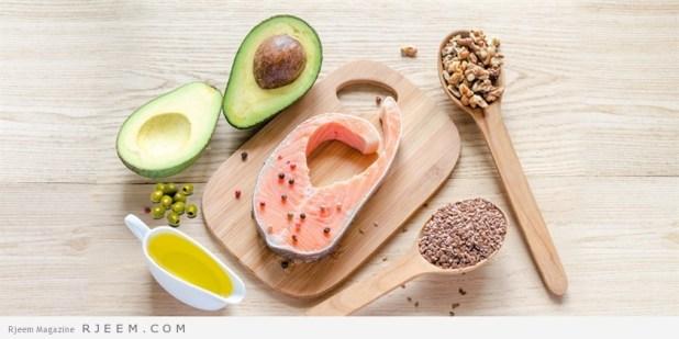 10 طرق للتخلص من الكرش نهائيا الكرش من المشاكل التى يواجهها الكثير وتؤثر بالسلب على أمور كثيرة فى الحياة وهو بروز في البطن نتيجة لتراكم كميات زائدة من الدهون مع زيادة وتضخم في حجم الخلايا الدهنية في هذه المنطقة وغالبا ما يكون الكرش مصحوبا بزيادة في الوزن بشكل عام . ويمكن التغلب على هذا الكرش عن طريق الحمية الغذائية والرياضة مع الصبر والمثابرة فرحلة الألف ميل تبدأ بخطوة واحده وهو بسبب العادات الغذائية السيئة والأكل الزائد على الحاجة في أوقات غير منتظمة، وأيضاً الإفراط في تناول النشويات بالإضافةإلى عدم ممارسة الرياضة، والأخطر من ذلك منتجات الألبان المستوردة.ومما قد يصعب تصديقه هو انه حتى نصنع كيلوواحداً من الجبنة البيضاء القريش قليلة الدسم فإننا نحتاج إلى 14 لترا من الحليب،وكل كيلو حليب بودرة يحتاج لأكثر من ذلك بكثير، فما بالك بالأجبان المطبوخة ؟!!ولهذا، فلا غرابة في اننا نجد رجلاً من كل ستة رجال في الدول العربية يعاني من البدانة في سن الثلاثين ثم تزيد هذه النسبة بعد سن الأربعين. ومعروف ايضا أن نسبة الدهون في جسم المرأة هي ضعف الدهون الموجودة في جسم الرجل . وهذه الدهون هي التي تسبب الكرش حيث تتكون قرب الكبد والجهاز الهضمي وتنتشر في أوردة البطن بسبب تأثير هرمون الأنسولين فتزيد نسبة السكر في الدم ويتحول إلى دهون وخاصة مع تزايد العادات الخاطئة في الأكل والتهادي بالحلويات والشيكولاته علما بأنه كلما كان النوع فاخراً كلما كانت السعرات أكثر. أنواع الكرش: تقسم الكروش إلى أربعة أنواع: – النوع الأول : الكرش العضلي: وتحدث هذه المشكلة في عضلات البطن وهو يتكون نتيجة عدم التوازن في إستخدام صاحبه لجهازه الحركي كأن يستعمل مثلاً عضلات الكتفين والذراعين فقط أثناء العمل ولايتحرك وسطه أثناء الجلوس على المكتب طوال النهار أو أمام عجلة القيادة وفي هذا النوع يحدث تمدد لعضلات البطن ويزيد حجمه ويتكور. – والنوع الثاني : الكرش المترهل : ويحدث نتيجة استعمال عضلتين فقط في وسط البطن فتكون النتيجة هي ترهل وظهور الكرش، وهذا النوع يحدث أيضاً نتيجة العلميات الجراحية في منطقة البطن مثل عمليات الفتق الجراحي التي تؤدي إلى ترهل البطن وارتخاء عضلاتها وإصابتها بالكسل والتراخي وبالتالي يتسع حجمها فتزداد حاجة الإنسان للطعام والشراب بشكل كبير فتترسب الدهون وتحدث البدانة مما يؤدي إلى ظهور الكرش بشكل مترهل مع وجو