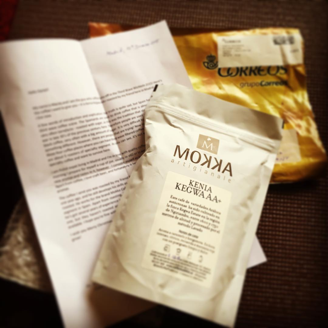👍🏻✌🏼️🎉☕️☕️☕️ Yeah, my #thirdwavewichteln arrived! From Maciej from Madrid. A local roast from his friend a #Kenia #Kegwa AA+  and a great written explaining what's the scene is in Spain and how hard it seems to established lighter roast there etc. Thank you so much! #coffee #exchange #2015