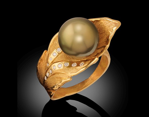Ring-Banana-Leaf-18k-Fiji-Pearl-and-Diamonds