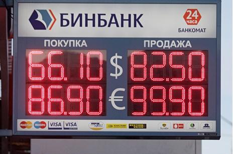 Brojke iznad ulaza u banke na ulicama Moskve koje prije mjesec dana nitko nije mogao ni zamisliti.