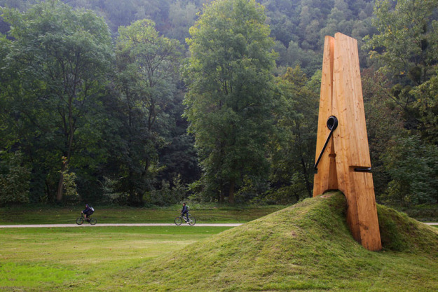 just-a-picnh-clothespin-pinch-grass-art-sculpture-belgium-mehmet-ali-uysal-1