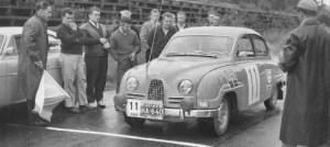 Kyseessä ilmeisestikin Helsingin Moottorimieskerhon 500-ralli 1961. Jorma Oksanen, Pentti Suhonen, Saab 96. Yleiskilpailun 6, luokan 3.