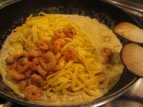 Pasta und Scampis unter die Sauce mischen...