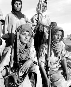 Femmes soldats, combattantes du Front Polisario au Sahara Occidental en mai 1976, epoque de la proclamation de la RASD (Republique Arabe Saharouie Democratique) par Front Polisario en mai 1976 (apres que les troupes espagnoles se soient retirees du Sahara occidental en 1976, 300000 Marocains ont entame une marche sur le territoire, le Maroc ayant des revendications historiques sur ces terres, signerent une traite avec les Mauritaniens pour partager ce territoire . mais les Saharouis ne voulaient pas accepter une domination mauritanienne ou marocaine, se reunirent en-Algerie sous le Front Polisario et organiserent une guerilla contre les forces d'occupation) Neg1741/6 Polisariio women fighters in West Sahara, may 1976, at the time of the proclamation of the SADR (Saharawi Arab Democratic Republic) by the Polisariio Front may 1976 (after Spanish troops withdrew from the Western Sahara in 1976, 300000 Moroccans staged a march into the territory. Morocco, which does have legitimate historical claims over the territory, signed a treaty with Mauretania, partitioning the territory. Yet Saharouis were not willing to accept either Mauretanian nor Moroccan rule. Refugees fled to-Algeria, from were the POLISARIO FRONT organized a guerilla war against the occupying forces)