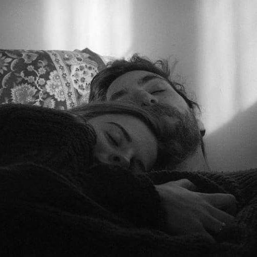 Bir kadın seveceksin gibi klişe şeyler yazmayacağım,Hani harbiden bir tek kadını seveceksin,Coğarafya'nı sadece o kadının parmak uçları belirleyecek,Ne bir adım fazla,Ne bir adım eksik,Yeri,yurdu,yöresi bilecek seni.Bir tek kadını seveceksin...Her gün seninle yeniden doğacak,Göğüs çukurunda seni hissedecek her nefes te,Rıhtımı olacaksın,güvenle sığınacak kollarına,Ve bilecek sığındığı o limanın tek gerçeği olduğunu.Bir tek kadını seveceksin...Sevildik ce  güzelleşecek kadın,Güldük ce rengi değişecek gözlerinin,Sabahları yeşil bakacak gözlerine,Tabiat gibi,rahmet gibi,Güneşi olup ısıtacaksın ki,Öğleden sonra ela'ya bulayacak her yeri,Masmavi,gökyüzü bilecek seni,Ve asla karanlıktan korkmayacak bir kadın.Bir tek kadını seveceksin....Seni seviyorum dediğin de,Ben daha çok seviyorum diyen bir kadını,Kadın için söylediğim her şey senin içinde geçerli,Bir tek o kadına sığınacaksın,Bir tek ona yaşayacak,Ve bir tek onunla var olacaksın.Gündelik sevdalar yorar yüreği beylerYanlış anlamayın,Ha yürek demişken göğüs kafesinde sol da,Başka yerde aramayın.Sinan Yıldızlı/Sahildeki Şair#Şair#Şiir #şiirsokakta#söz#edebiyat #yeni #Kitap #şairlerkahvesi #Şair #Şiir #instamusic #instacool#inst #instagram #instapic #instagood#Şair #repost