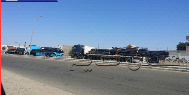 توقف مئات القاطرات بحمولتها في لحج.. نقاط الجباية تخنق ميناء عدن