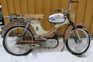 Saxo Prins, vm. 1964, runko: 185725 (valmistettu 15.12.1965), tyyppi: 04026 (= Saxo Prins Swing 2MA), ostettu Leppäsen Pyörästä Lahdesta 6.4.1966, hinta 730 mk, alkuperäiset osat ja moottori, km=?, moottori nro: 4853614, Ögland-tankki