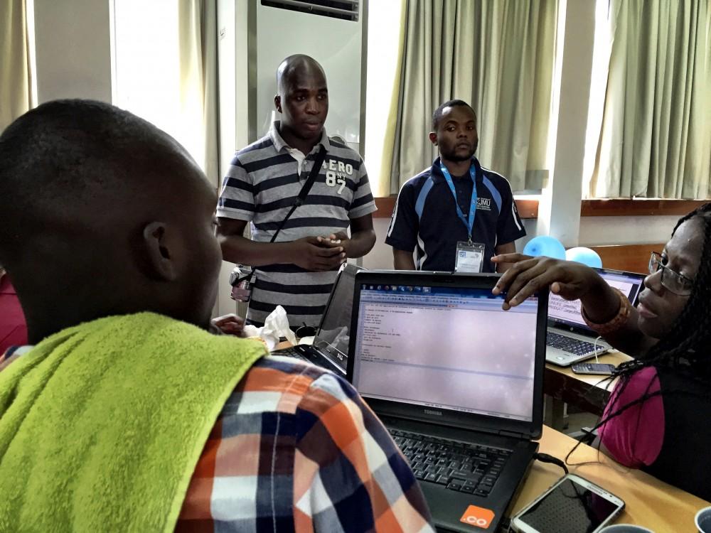L'équipe du projet CI50sec (qui remportera le hackathon) en pleine séance de travail avec le mentor Mohamed Diaby (Photo: Philippe Couve).
