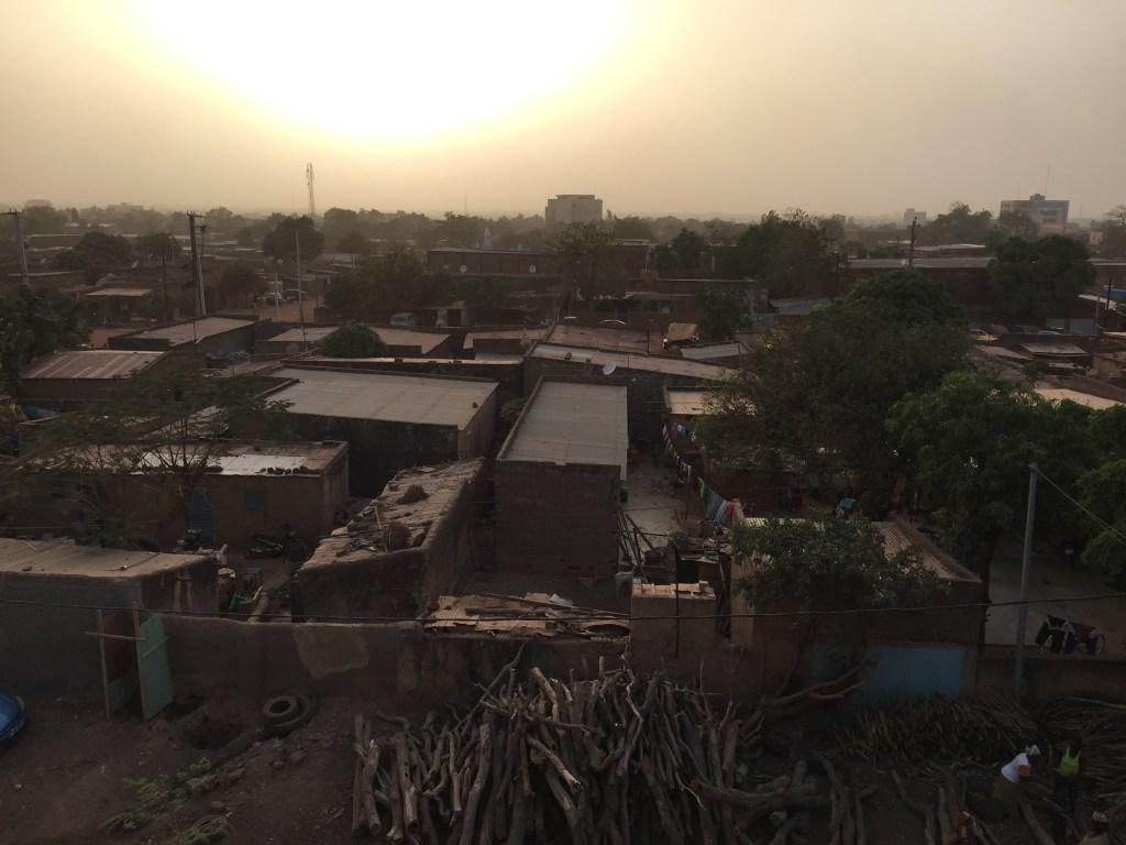 Le soleil se couche sur Ouagadougou où l'air est saturé de poussière apportée du désert par le souffle de l'harmattan.