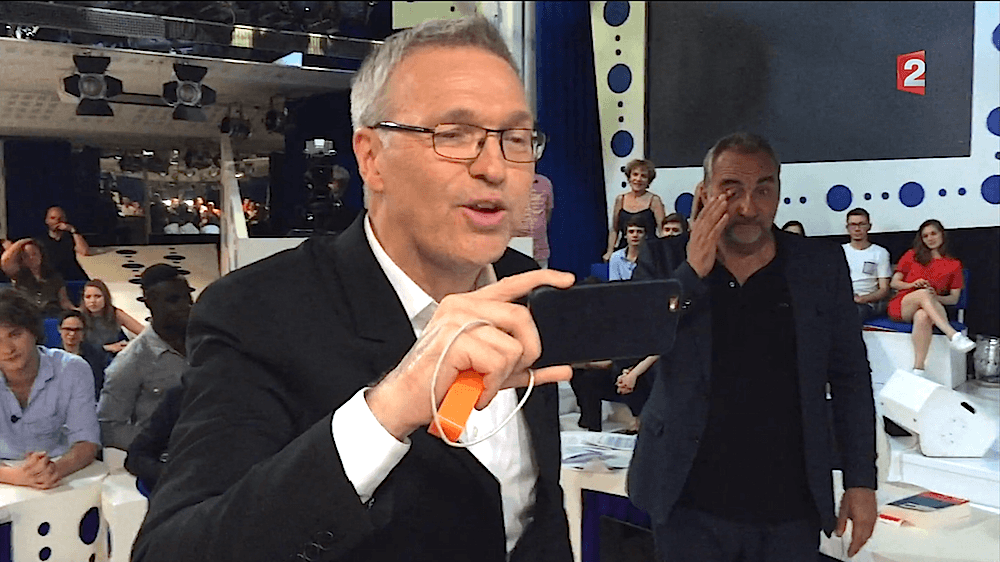 Laurent Ruquier utilise un iPhone pour filmer la fin de son émission ONPC