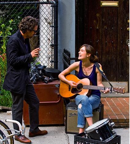 Begin Again filmi sinematografi ile müziği buluşturmayı başaran en iyi örneklerden bir tanesidir.