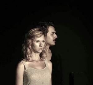 Kiminle Konuşuyorsun? Serkan Aksu'nun yazıp Eraslan Sağlam'ın yönettiği ve Tiyatro Şehrin Azizleri ekibinden çıktı.