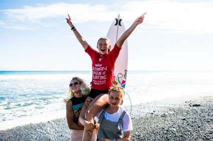 Kirra Pinkerton upsets Keala Tomoda-Bannert in the Final to win the 2018 Taiwan Open World Junior Championships at Jinzun Harbour, Taiwan. Photo: WSL/Barripp