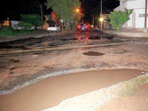 La Avda. Avelino Martínez presenta baches y pozos llenos de agua. Foto: Última Hora / archivo.