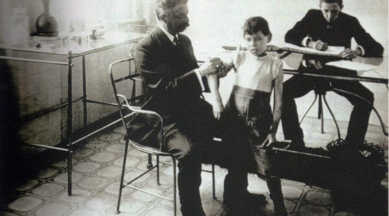 Dr. Arnaldo Vieira de Carvalho aplicando vacina em 1915