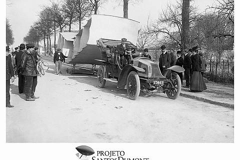 14-Bis sendo levado para decolagem em 1906
