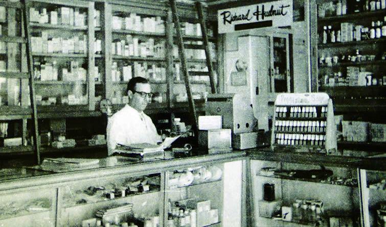 Roque Petroni em sua farmácia