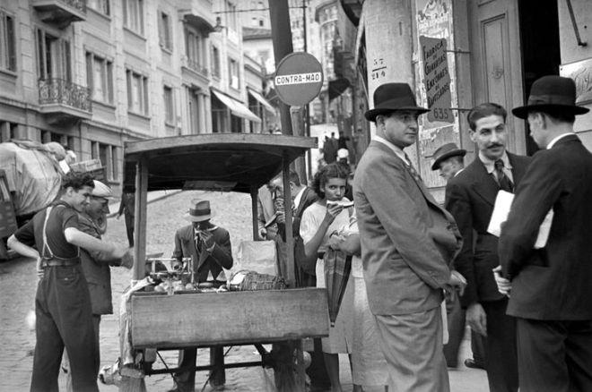 Vendedor de frutas na esquina da ladeira Porto Geral com a rua 25 de Março na década de 40