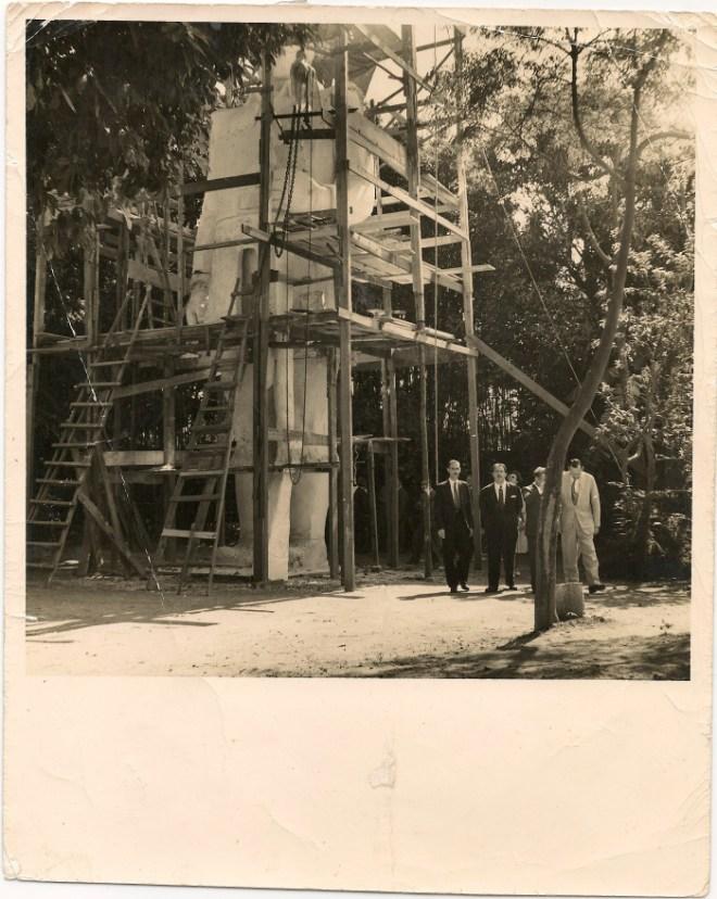 Construção do Borba Gato no quinta da residência de Julio Guerra