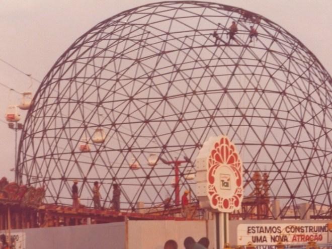 Na imagem, homens constroem base de embarque e desembarque para o teleférico, uma das principais atrações do Playcenter na década de 80