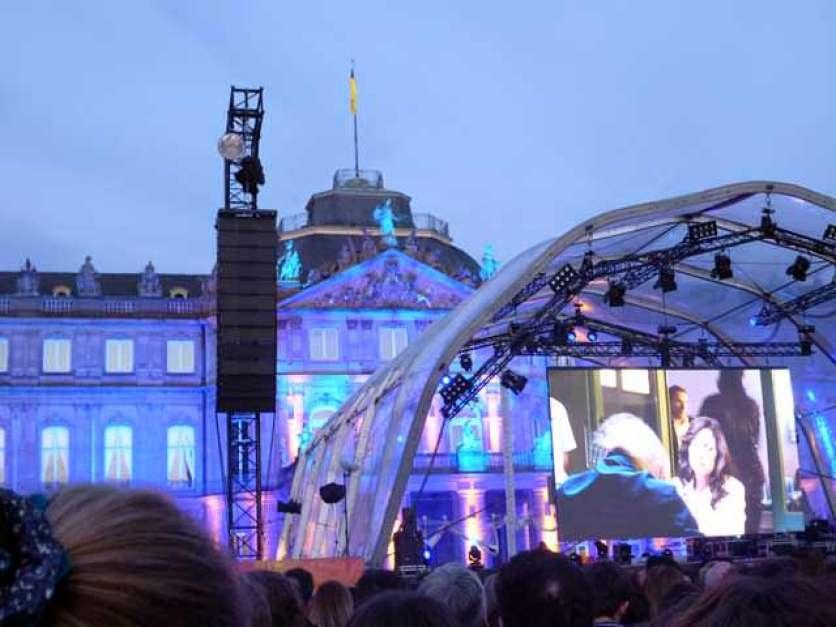 Tatort Premiere: das angestrahlte Schloss mit der Leinwand
