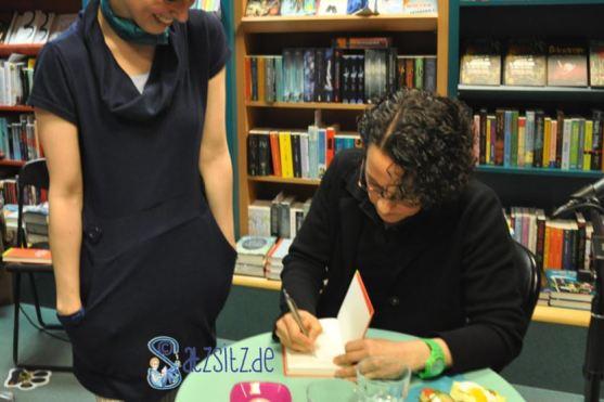 das A&O lachend am Signiertisch von Adrienne Braun im Buch Bistro Extra