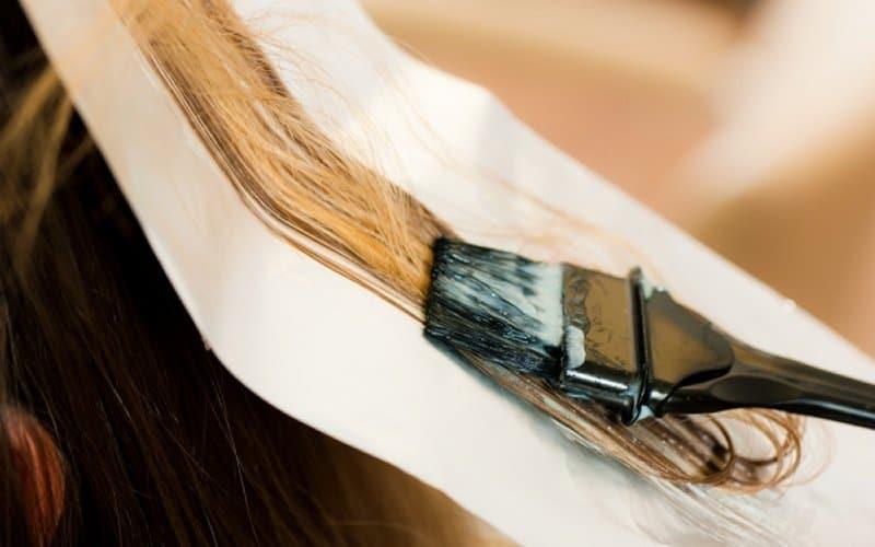 žena farba kosu
