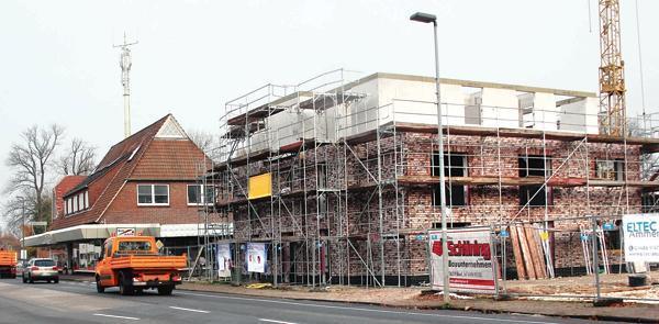 Wohnraum schaffen: An der Hauptstraße in Süd-Edewecht entsteht derzeit ein Mehrfamilienhaus mit sechs Wohneinheiten mit Mietwohnungen, ein weiteres gleich großes Gebäude mit Mietwohnungen wird daneben gebaut.