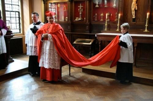 Le cardinal Hoyos en cappa