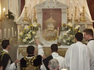 09 - Encensement du Très-Saint Sacrement au reposoir - l'urne est ouverte et l'on aperçoit le voile du calice qui recouvre et est attaché au calice.