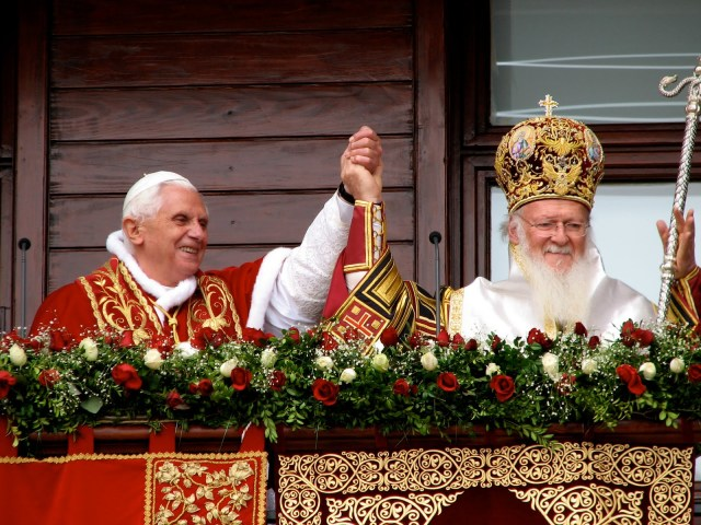 Novembre 2006 - le Pape Benoît XVI et le Patriarche œcuménique Barthélémy Ier au balcon du patriarcat (Phanar, Constantinople)