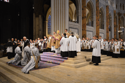 11 Pendant l'imposition des mains par tous les prêtres présents © François N