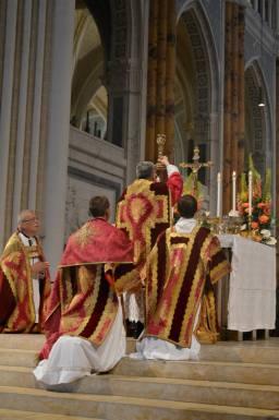 38 - Messe pontificale du lundi de Pentecôte célébrée par Mgr Aillet dans la cathédrale de Chartres - à l'élévation du Sang du Seigneur