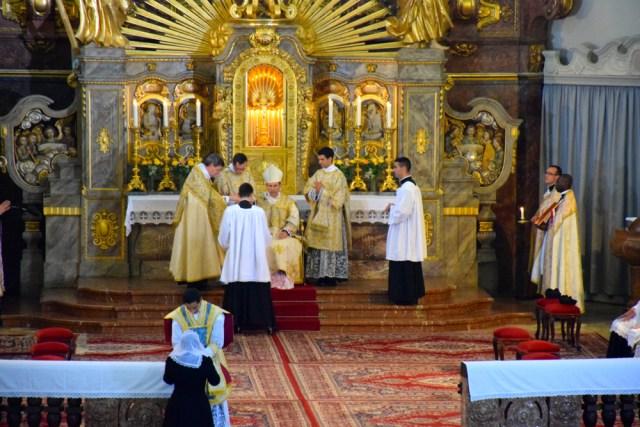 Le nouveau prêtre remet son chrémeau à sa mère. Celle-ci le fera placer dans son cercueil, attestant qu'elle a donné un prêtre à l'Eglise de Jésus-Christ.
