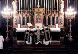 05-Requiem pour Louis XVI - genouflexion pendant les encensements de l'offertoire