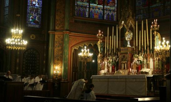 05-Messe de reposition des Quarante-Heures coram Sanctissomo - prirères au bas de l'autel pendant que le chœur chante l'introït