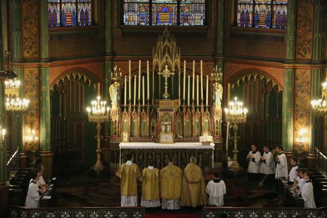 Les prières au bas de l'autel.