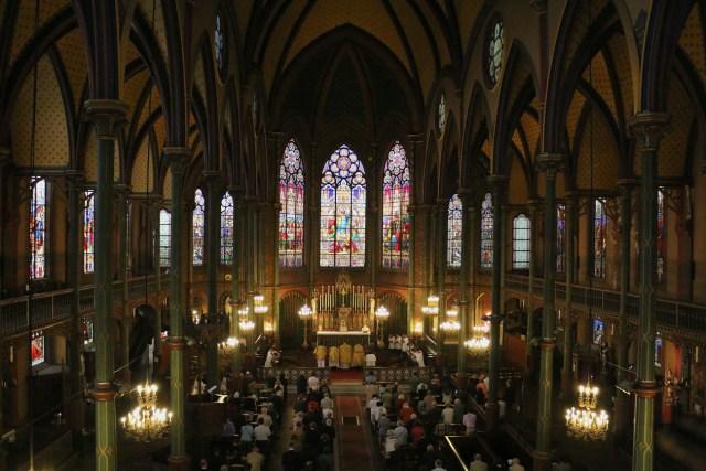 Vue de la nef durant les prières au bas de l'autel.