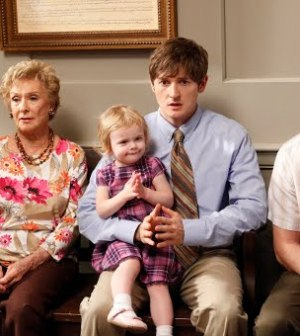 Martha Plimpton, Cloris Leachman, Lucas Neff, & Garret Dillahunt in Raising Hope ( Image © FOX)
