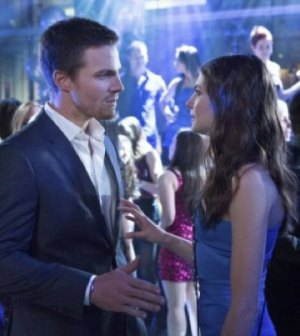 Stephen Amell as Oliver Queen, Willa Holland as Thea -- Photo: Jack Rowand/The CW