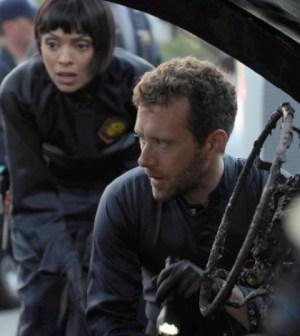 Cam (Tamara Taylor) and Hodgins (TJ Thyne) in Bones. Co.  Cr:  Ray Mickshaw/FOX