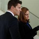 Brennan (Emily Deschanel, L) and Booth (David Boreanaz, L). Co.  Cr:  Patrick McElhenney/FOX