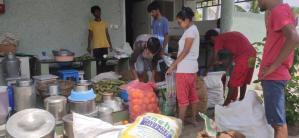 de grote kinderen helpen met het uitzoeken van de groenten voor de dagloners