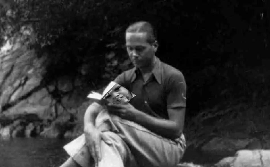Cernuda leyendo en un río