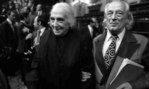 Dolores Ibárruri y Rafael Alberti en el Congreso de los Diputados. Foto de Marisa Flores
