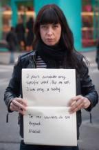 Project Unbreakable: Vítimas de abuso sexual exibem as frases ditas por seus agressores no momento do ato