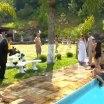 Cinegrafista entra por água abaixo em festa de casamento.