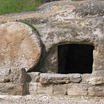 Rolling-stone tomb of the type in which Jesus was buried (Biblicalisraeltours.com)